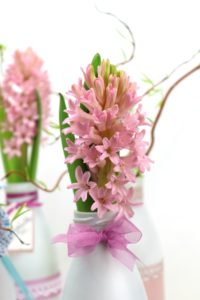 Blumendeko mit Schleife aus Organzaband -