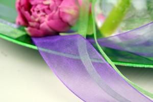 florale Deko mit Organzaband