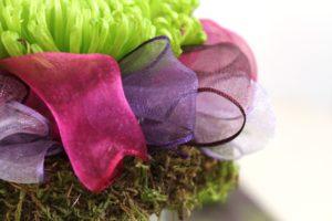 Florale Deko mit Organzaband mit Drahtkante