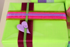 Geschenkverpackung mit Organzaband und Accessoires